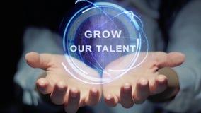 Руки показывают что круглый hologram растет наш талант видеоматериал
