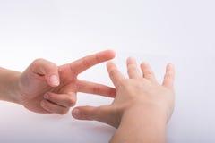 Руки показывая ножницы бумаги утеса знаков Стоковая Фотография