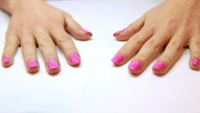 Руки показывая свежий розовый маникюр видеоматериал
