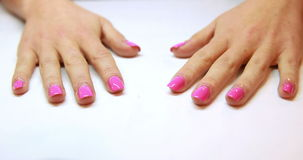 Руки показывая свежий розовый маникюр акции видеоматериалы
