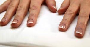 Руки показывая свежий французский маникюр видеоматериал