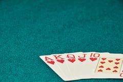 Руки покера/королевский приток 3 5 игральных карт - рука покера королевская полная Королевский внезапный, красный пакет перфокарт стоковое изображение
