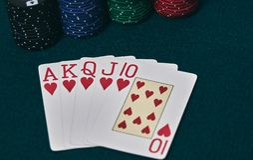 Руки покера/королевский приток 3 5 игральных карт - рука покера королевская полная Королевский внезапный, красный пакет перфокарт стоковые фото