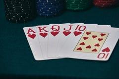 Руки покера/королевский приток 3 5 игральных карт - рука покера королевская полная Королевский внезапный, красный пакет перфокарт стоковая фотография