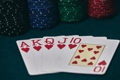 Руки покера/королевский приток 3 5 игральных карт - рука покера королевская полная Королевский внезапный, красный пакет перфокарт стоковые изображения rf