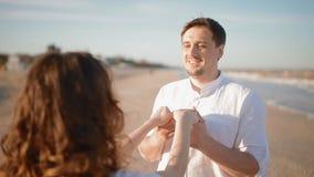 Руки поцелуя молодого человека его жены на взморье видеоматериал