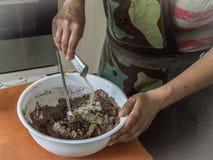Руки подготавливая торт Стоковые Фото
