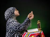Руки поднимают молодую мусульманскую девушку моля Стоковая Фотография RF