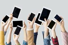 Руки поднимая технологические приборы стоковые фото