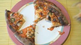 2 руки положили части пиццы на таблицу сток-видео