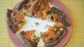 2 руки положили части пиццы на таблицу видеоматериал