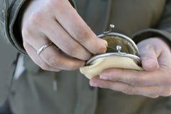 Руки подсчитывая монетки Стоковое фото RF