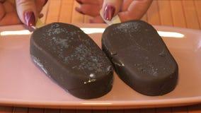 Руки принимают мороженое 2 шоколадов сток-видео