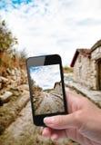 Руки принимая дорогу фото с smartphone стоковое изображение rf