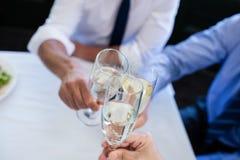 Руки провозглашать каннелюры шампанского Стоковое Изображение RF