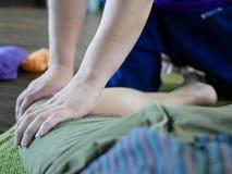 Руки профессионального тайского masseur стоковые фото
