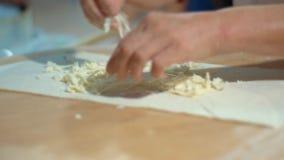 Руки профессионального шеф-повара делая питу в ресторане Варить вкусное lavash акции видеоматериалы