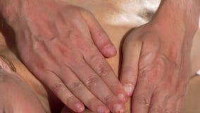 Руки профессионального masseur сползая на плечо женского клиента видеоматериал