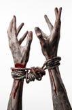 Руки прыгают, кровопролитные руки, грязь, веревочка, на белой предпосылке, изолированный, похищая, зомби, демоне Стоковые Фото