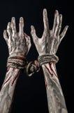 Руки прыгают, кровопролитные руки, грязь, веревочка, на черной предпосылке, изолированный, похищая, зомби, демоне Стоковые Фотографии RF