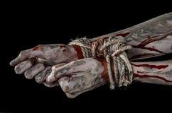 Руки прыгают, кровопролитные руки, грязь, веревочка, на черной предпосылке, изолированный, похищая, зомби, демоне Стоковое Изображение