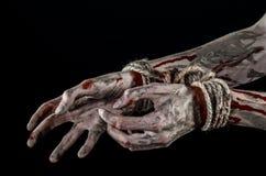Руки прыгают, кровопролитные руки, грязь, веревочка, на черной предпосылке, изолированный, похищая, зомби, демоне Стоковое Изображение RF