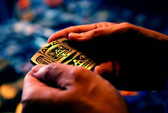 руки пряжки пояса Стоковые Фотографии RF