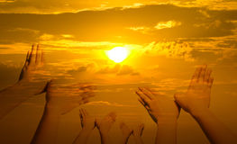 Руки птицы форменные на заходе солнца Стоковая Фотография