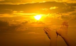 Руки птицы форменные на заходе солнца Стоковые Изображения RF