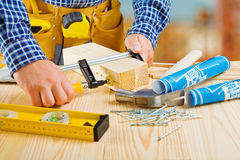 Руки плотника делают отладку деревянных планок Стоковое Изображение RF