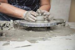 Руки работая глина Стоковое Фото