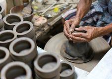 Руки работая на колесе гончарни Стоковые Фото