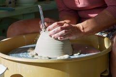Руки работая на колесе гончарни Стоковые Изображения RF