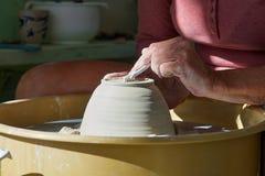 Руки работая на колесе гончарни Стоковые Изображения