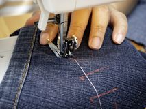 Руки работая на швейной машине стоковые изображения rf