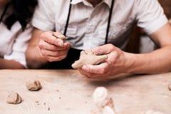 Руки работая с глиной Стоковые Изображения RF