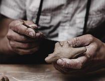 Руки работая с глиной Стоковые Фото