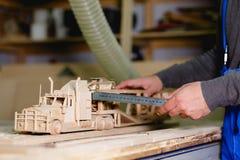 Руки работника делают измерения из деревянной тележки Стоковое Изображение