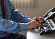 Руки работника офиса печатая на клавиатуре Стоковая Фотография