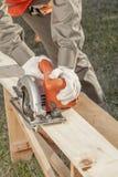 Руки рабочий-строителя на работе Стоковые Изображения