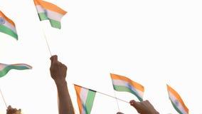 Руки развевая флаги Индии сток-видео