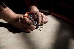 руки располагая съемщика рефлектора малого стоковое изображение