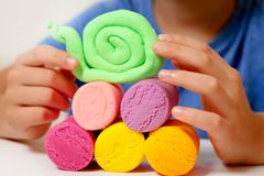 Руки ребенка делая игрушку вычисляют с глиной моделирования или пластилином Стоковые Фотографии RF