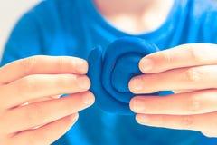 Руки ребенка делая игрушку вычисляют с глиной моделирования или пластилином Стоковое Изображение