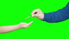 Руки ребенк взрослые вручая над изолированным ключевым понятием акции видеоматериалы