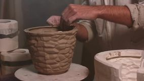 Руки режа керамику HD глины видеоматериал