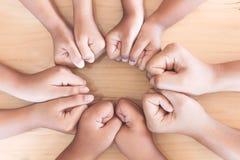 Руки родителя и кулака детей в круге Стоковые Изображения