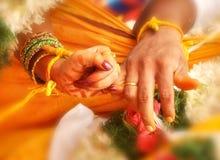 Руки свадьбы в замужестве Индии Стоковое фото RF