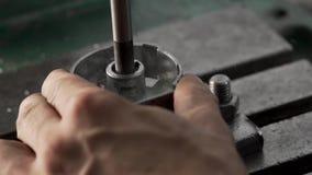 Руки сверлят детали используя сверля машину видеоматериал
