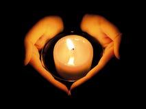 руки свечки осветили женщину s Стоковые Изображения